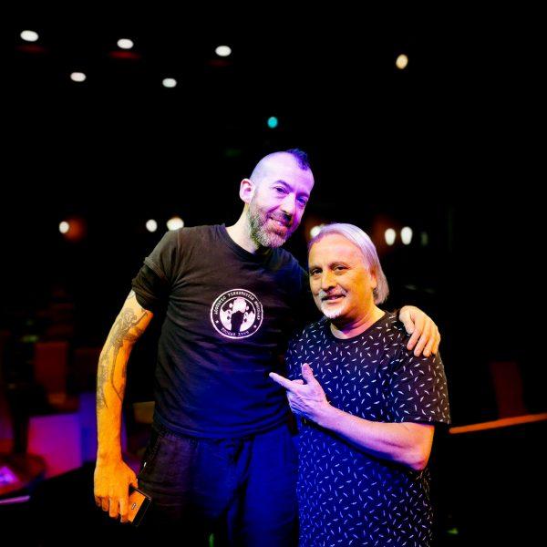 Con Jon Gomm